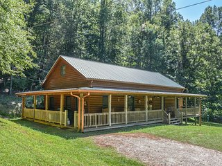 SLEEPY BEAR HOLLOW- 4 BEDROOM/ 2 BATH, SLEEPS 8, HOT TUB, ON THE ELLIJAY RIVER