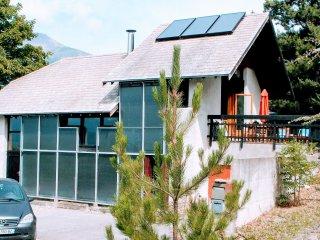 La terrasse en haut à droite, grande plateforme à gauche;eau chaude solaire avec complément électriq