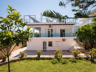 Spacious Family Villa, steps from seaside and shops