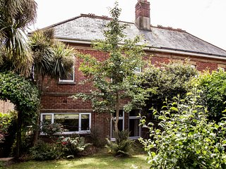 Boniface Lodge, spacious, Edwardian villa, minutes by foot to Shanklin beach.