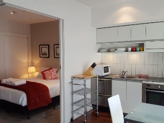Sunny Modern Apartment in Quiet Viaduct Complex, Auckland