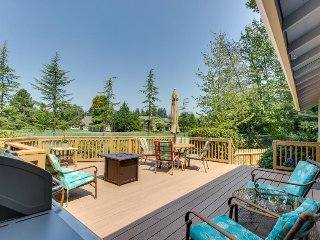 Golf course views from spacious deck w/outdoor firepit, near downtown/wineries!