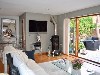 Luxury 2 bedroom mews house 1 minute from the river