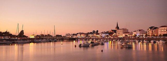 Vue de St Gilles croix de Vie et du port le soir
