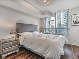 Luxury stay, steps to CN tower and ACC! Parking incld