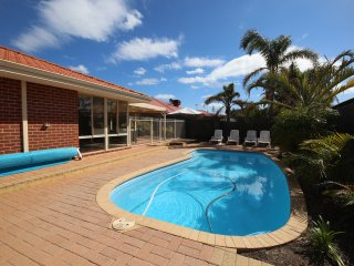 Mindarie Villa 4 bedroom 2 bathroom and lovely alfresco area with swimming pool