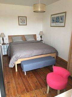 la chambre 1, un lit queen size,