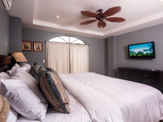 Monte Rey 100 by Dream Makers - Free WIFI and Rooftop Patio