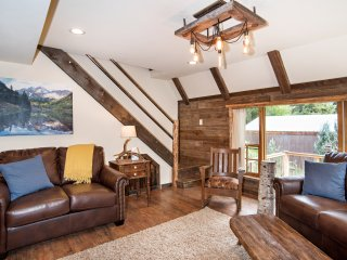 Cozy Creekside Cabin, a short drive to Glenwood Springs and Pool!