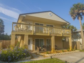 Great Beach Home - 2/1 - Fenced Yard - Steps to the Beach - Sleeps 6!!!