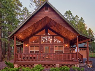 KOBEY'S COZY CABIN - LOTS OF AMENITIES - CENTRALLY LOCATED - SLEEPS 7-12