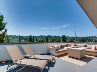Seattle Luxury Townhome with Rooftop Deck