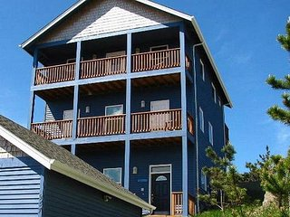 Panoramic Views from Two Upper-Floor Decks in Central Lincoln City!