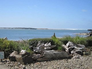 Bay front condo with ever-changing bay/ocean views and steps to restaurants!