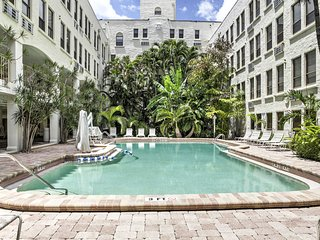 Cozy Palm Beach Condo w/ Pool - Walk to Beach!