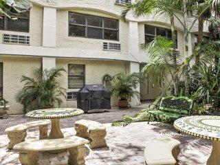 Cozy Palm Beach Condo w/ Pool - Walk to Beach!