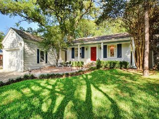 Luxe 3BR w/ Screened Patio, Games & Remodeled Kitchen