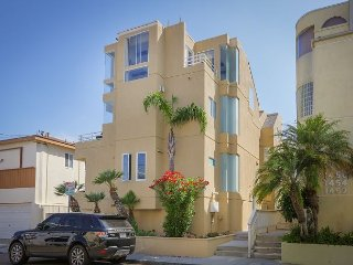 2BR w/ Ocean-View Balconies & Grill – Walk to Restaurants & Nightlife