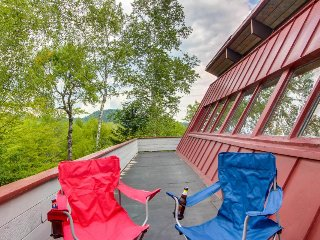 Cozy mountain view apartment with a balcony and full kitchen, near ski slopes