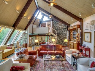 Mountainview mansion with patio, balcony, wood fireplace, & gourmet kitchen