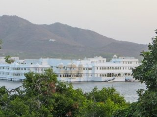 Well-appointed room for backpackers with a lake view, close to Jagdish Temple