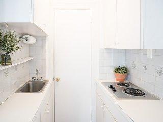 Bright Studio Apartment in Luxury Doorman Building/ Prime Location