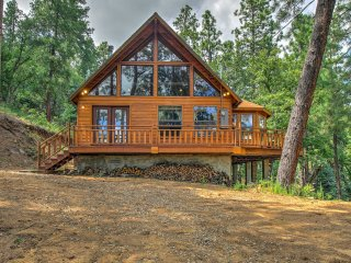 'Fox Den' Prescott Cabin w/ Great Forest Views!