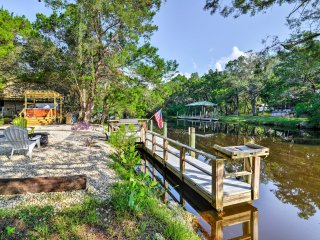 NEW! Oceanfront 3BR Homosassa Wood Cabin w/Hot Tub
