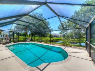 Luxury Stylish Waterfront Home, Heated Pool, Close To Beach And Golf, Wifi, 3TV
