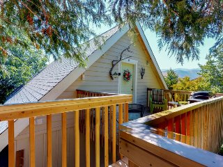 Charming top-floor studio suite w/private deck & partial lake and mountain views