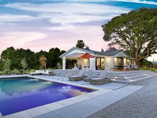 Rendezvous Under the Oaks / Vineyard Home w. Pool, Spa, and Basketball Court