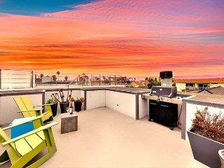 Amazing Studio w/ Ocean Views, Rooftop Deck & 1 Block From Beach
