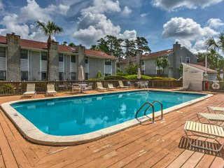 St. Simons Island Condo w/Pool Access - Near Beach
