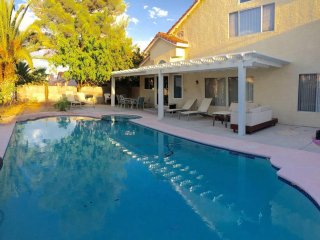 4 Bedroom House Near Strip with Pool