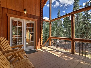 3BR Duck Creek Village Cabin w/Deck & Fire Pit!