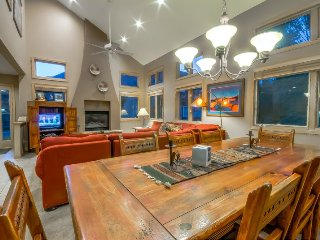 Beautiful And Spacious Townhome Close To Slopes With Private Hot Tub