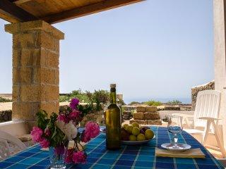 Fare colazione su questo patio è una vera delizia: aria, vista, silenzio e privacy.