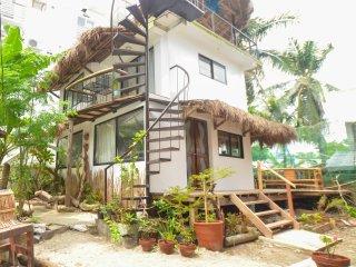 Niu Ohana Bolabog Hotel - Studio Flat Upper Floor w/ Roof Deck