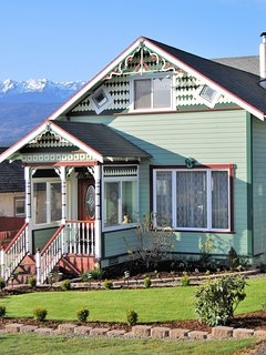 Charming Victorian Home, Mountain & Water Views, Near Olympic Park, Ferry