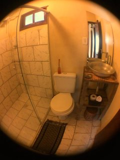 Banheiro completo e compartilhado, piso superior.