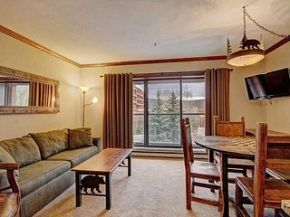 Ski-in/Ski-out Studio Apartment + Kitchen!| Access to 6 Hot Tubs/Pools