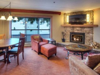 SKI-IN RESIDENCE, Access to 6 Hot Tubs! Private Fireplace & Balcony