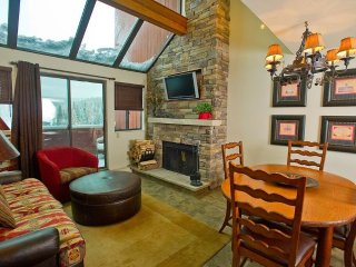 Sleeps up to 8! Ski-in Suite with Balcony | Access to 6 HOT TUBS!