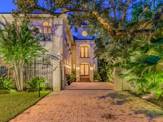 Villa at Bayshore: Private & Luxurious Estate Home in the middle of the city