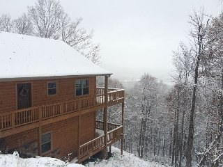 EAGLES VIEW-Log Cabin W/Bubbling Hot Tub, Gas F/P, Wifi, & Gorgeous Mtn Views