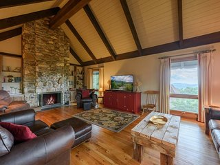Sprawling 4BR Mtn Home, Long Range Views of Grandfather Mountain and Distant
