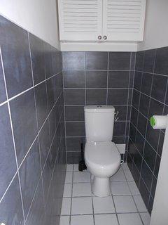 Le wc indépendant est à côté de la salle de bain sur le palier desservant les  chambres.