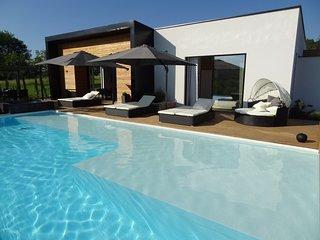 MAGNIFIQUE VILLA, piscine chauffée, à deux pas des plages de la DORDOGNE