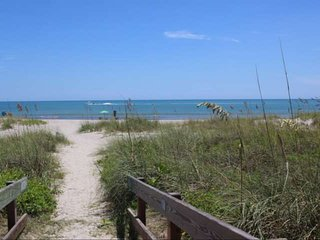 **Fall Promo** Cozy Bungalow 2 blocks from the BEACH, near Kennedy Space Center,