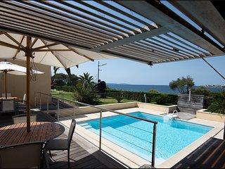 Villa en bordure de plage avec piscine. Toutes commodités